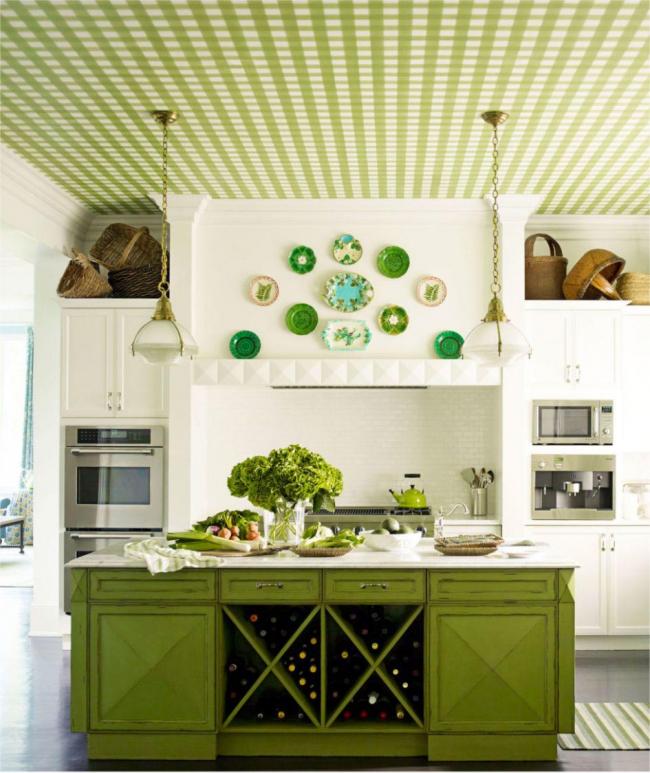 Интересное решение оклеить потолок обоями в тон кухонному острову