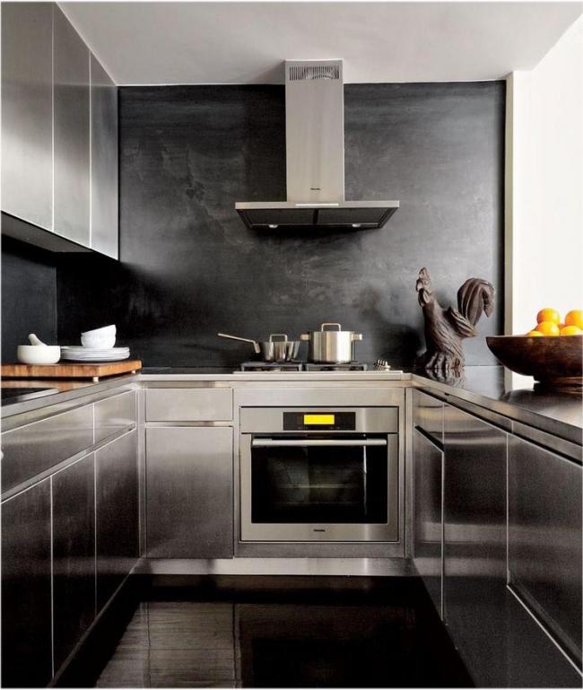 Черные стеклообои в кухне цвета металлик