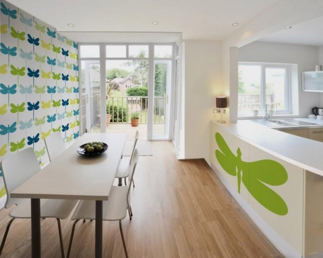 Отличный вариант для белой кухни - светлые обои с яркими крупным рисунком, как со стрекозами на этом фото