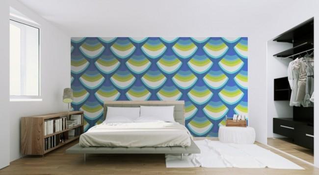 Флизелиновые обои с крупным рисунком в просторной спальне