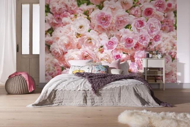 Виниловые нежно-розовые фотообои, играющие роль в зонировании комнаты