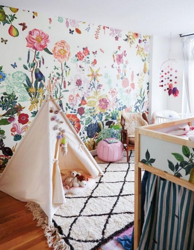 Яркая стена с сочными растениями напротив кроватки малыша
