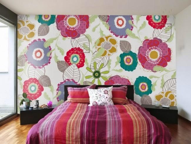 Яркая цветочная тема оформления стены у изголовья