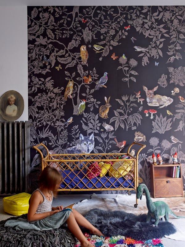 На пике моды сейчас темные обои с эко-мотивами: изображением растений, леса и животных