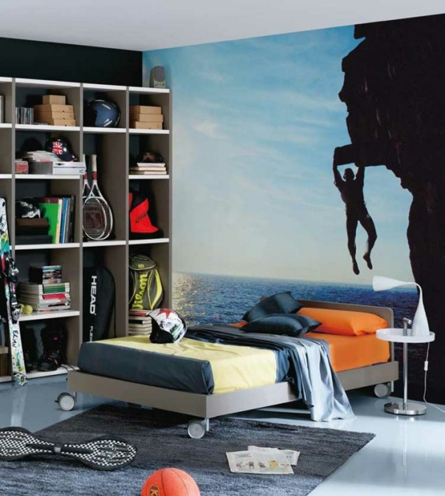 Солнечная контрастность фото на стене в комнате спортивного юноши