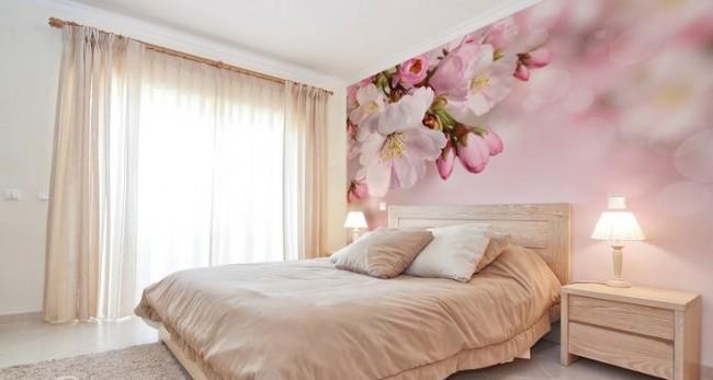 Фотообои с нежным цветением вишни в персиковой спальной