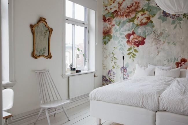 Викторианский цветочный сюжет на фотообоях в белой спальне