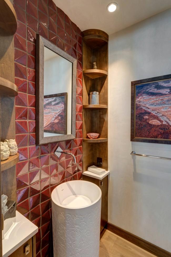 Кокетливый акцент рельефной геометричной плиткой приглушенного красного цвета