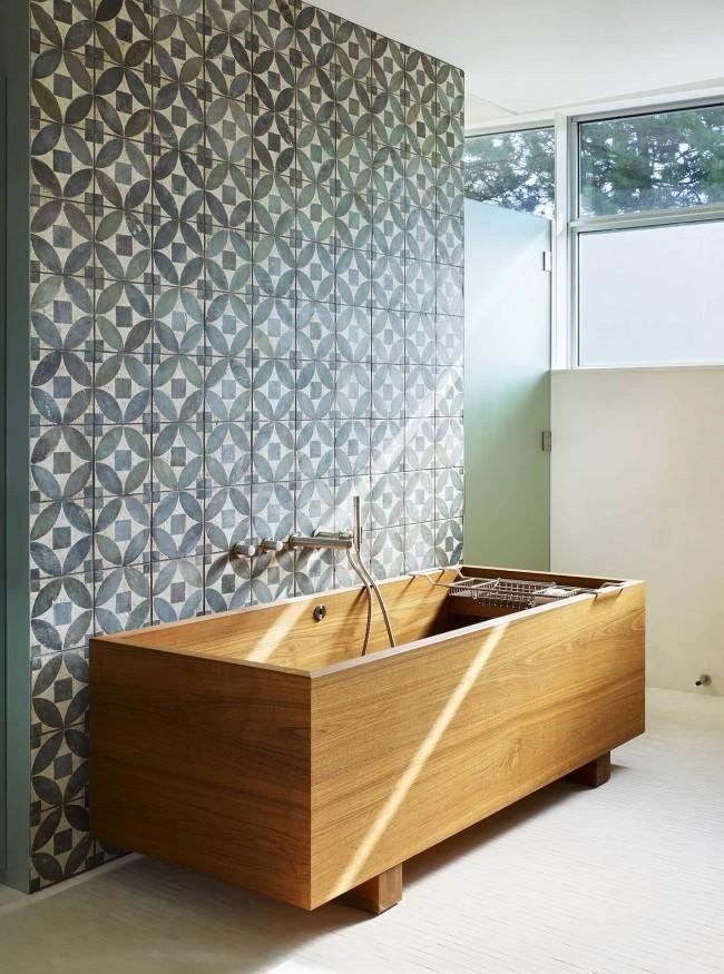 """Винтажный """"выцветший"""" зеленый паттерн как фон для необычной деревянной ванны"""