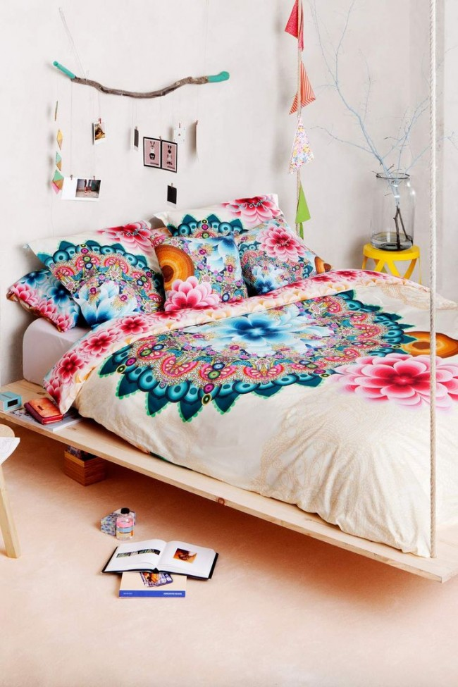 Светлая комната оживлена яркими цветами на покрывале