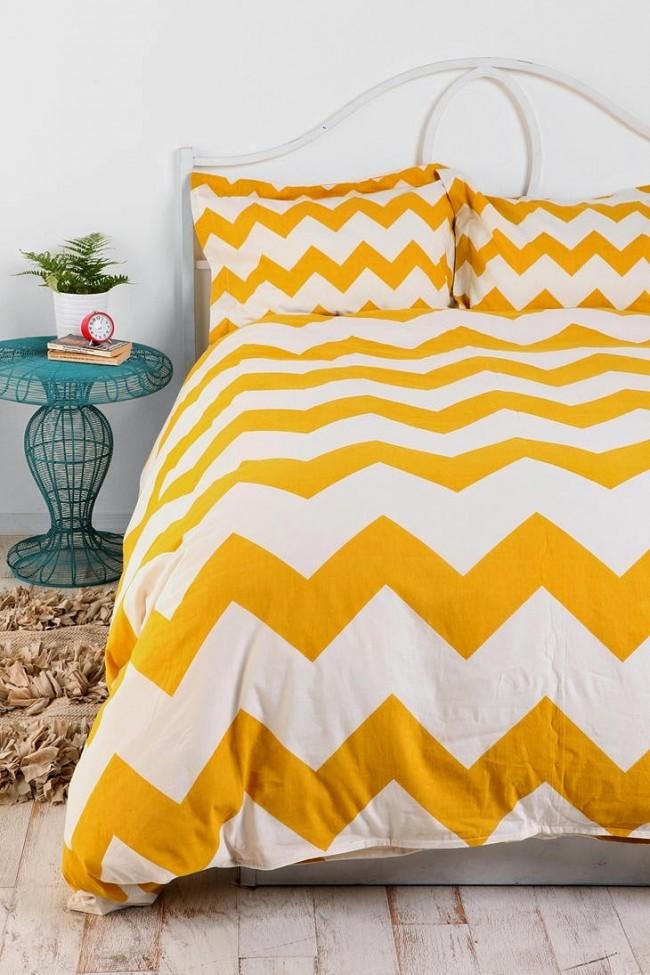 Ярко-желтые зигзаги на покрывале в спальне