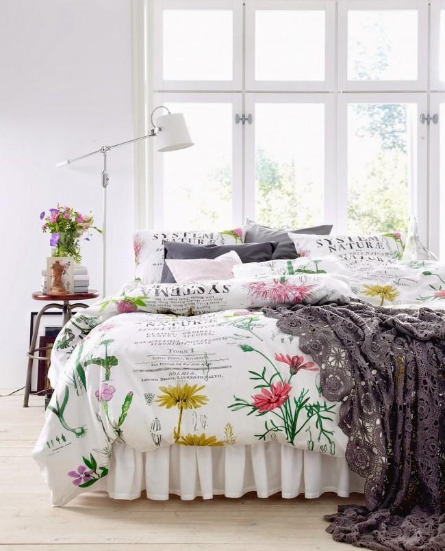 Немного мелких цветов и кружево оживят белую спальню