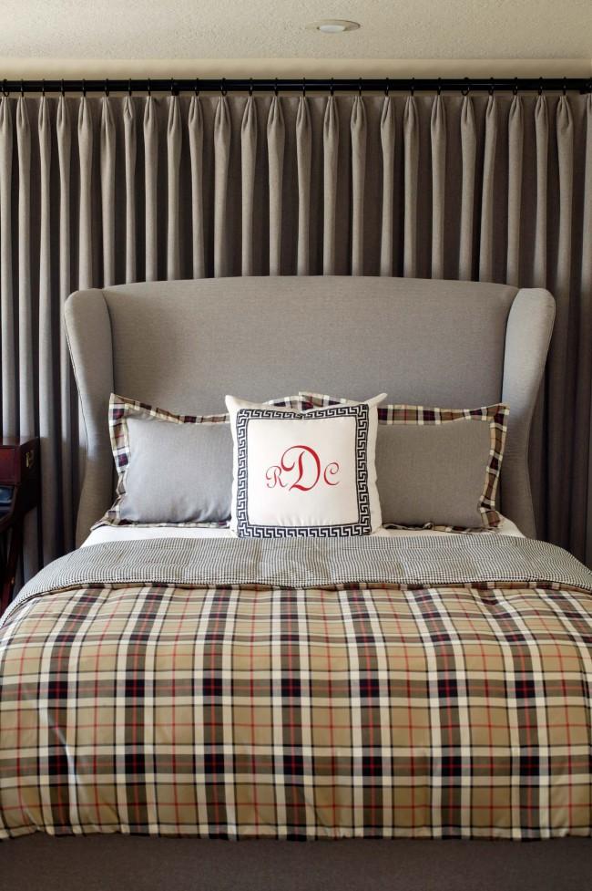 Шотландка в убранстве традиционной спальни