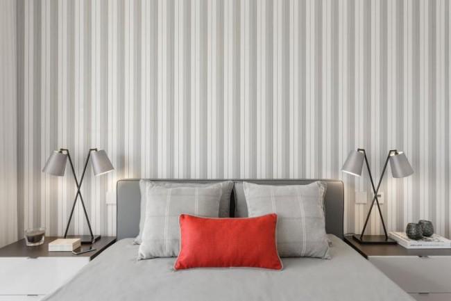 Неброские обои в тонкую полоску, как фон для другого, броского декора комнатыобои в тонкую полоску не оттягивают на себя основное внимание