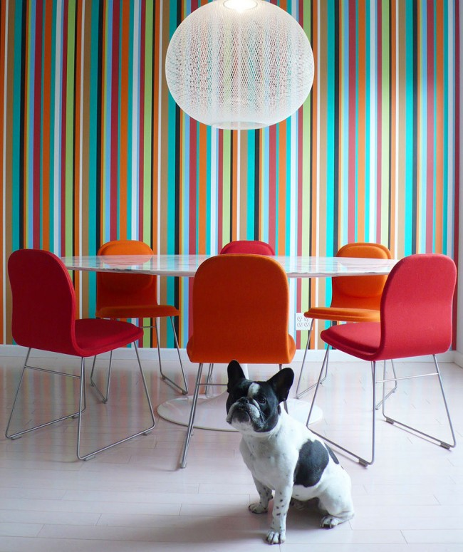 Яркая вертикальная полоска в столовой