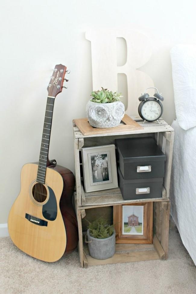 Самодельная тумба у кровати из ящиков
