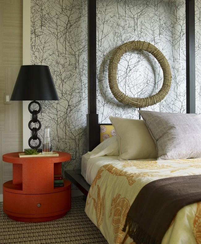 Акцентная круглая красная тумбочка у кровати