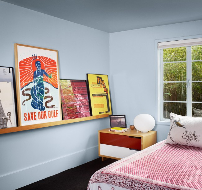 Прямоугольная прикроватная тумбочка с ярким фасадом в комнате подростка
