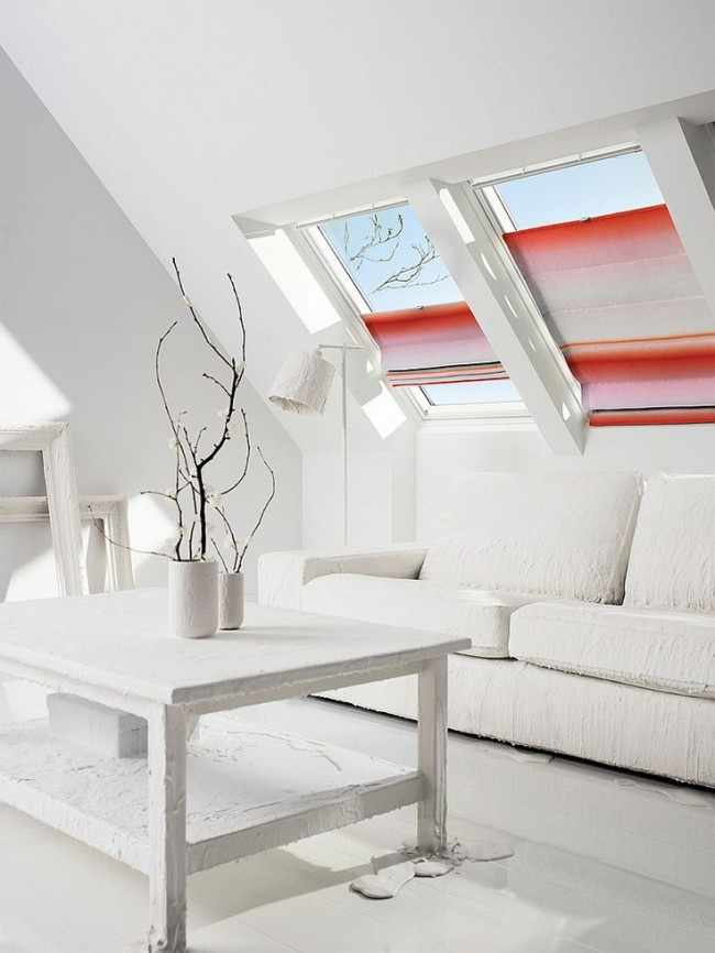 Яркие римские шторы в тотально белой комнате