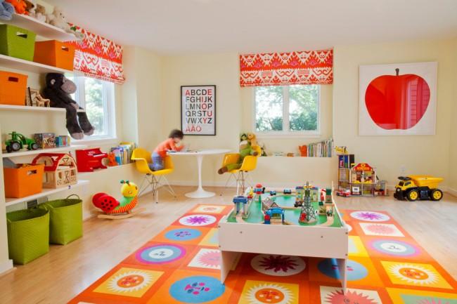 Занавешенные яркой тканью с рисунком окна в детской комнате