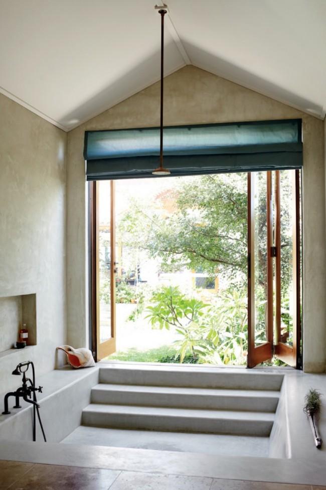 Темно-зеленая римская штора на дверь, ведущую в домашний мини бассейн
