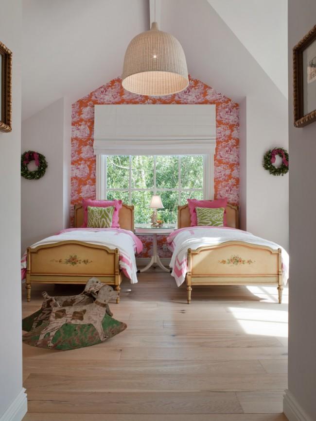 Римские шторы хорошо смотрятся не только сами по себе, но и в сочетании с другим оконным декором