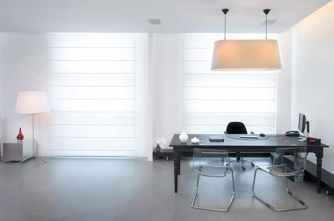 Органичный вид строгих римских штор в домашнем офисе