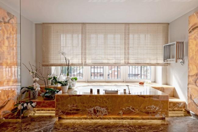 Бамбуковые шторы в просторной ванной с большими окнами