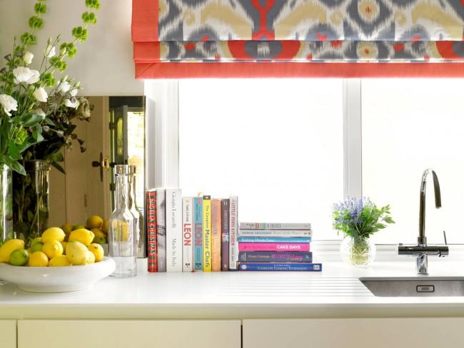 Ретро-расцветки и сложные рисунки смотрятся органично на этом типе штор