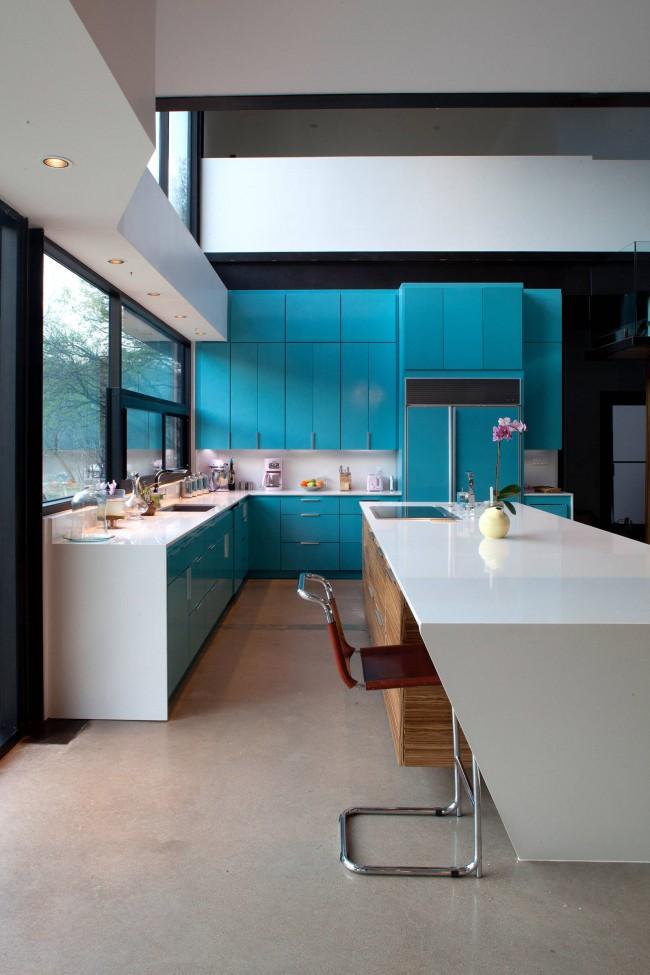 Вызывающий насыщенный бирюзовый и белый в фасадах современной кухни
