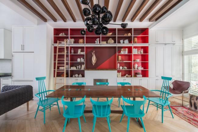 Яркие бирюзовые стулья разной формы вокруг большого прямоугольного стола