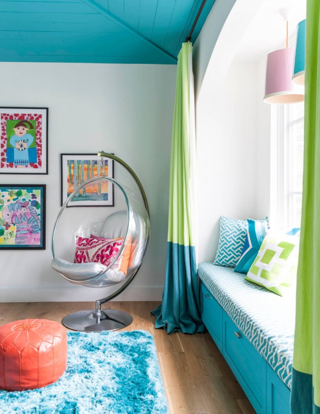 Бирюзовый потолок, мебель и декор в детской