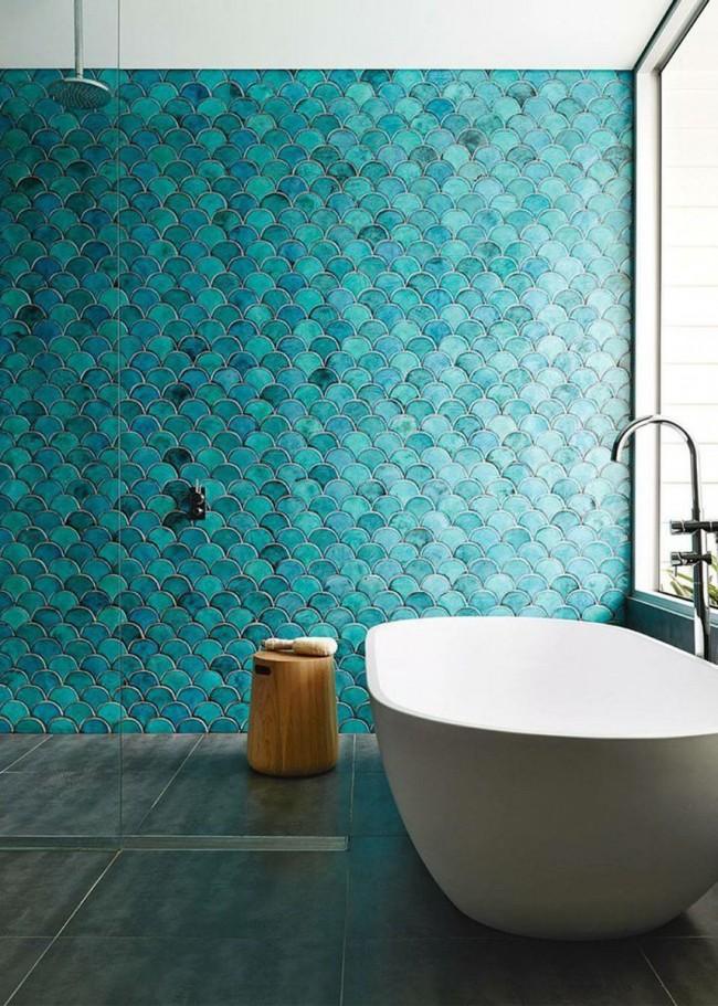 Керамическая ванна на фоне бирюзовой плитки смотрится очень эффектно