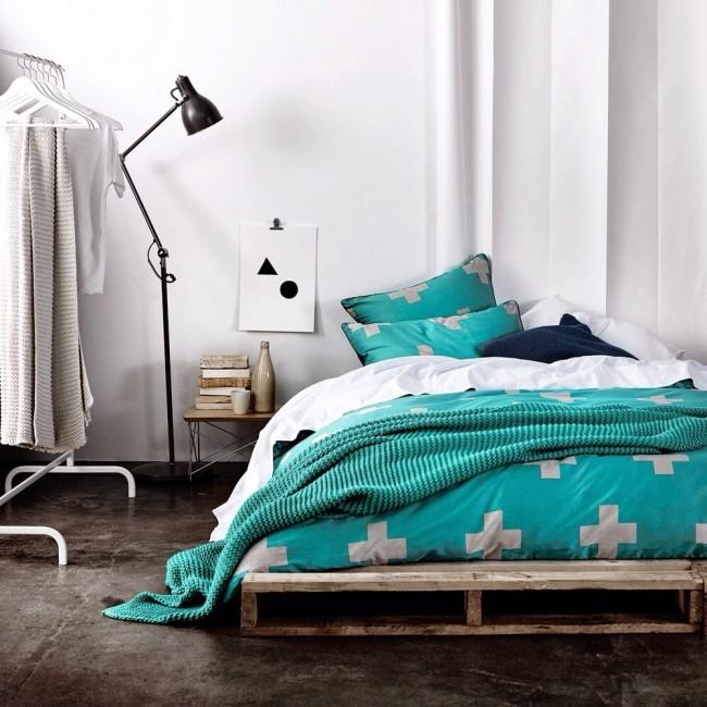 Текстиль бирюзового цвета отлично подойдет для белой спальни