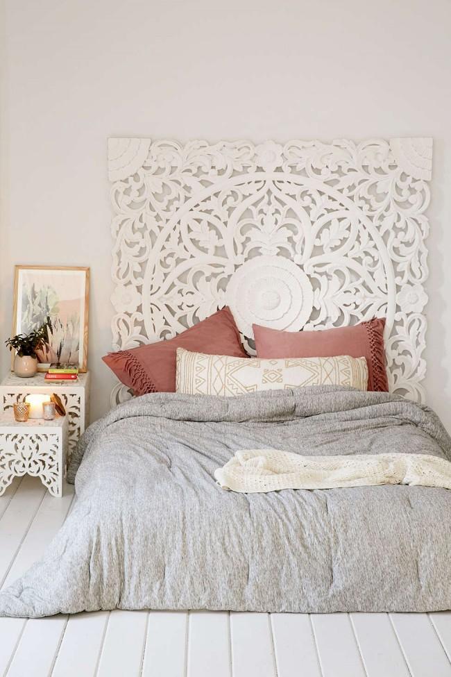 Подушки цвета сиена в интерьере спальни