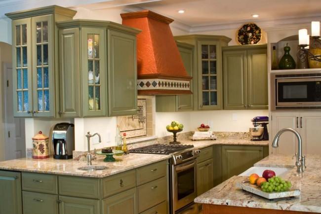 Вытяжка цвета глины на классической зеленой кухне