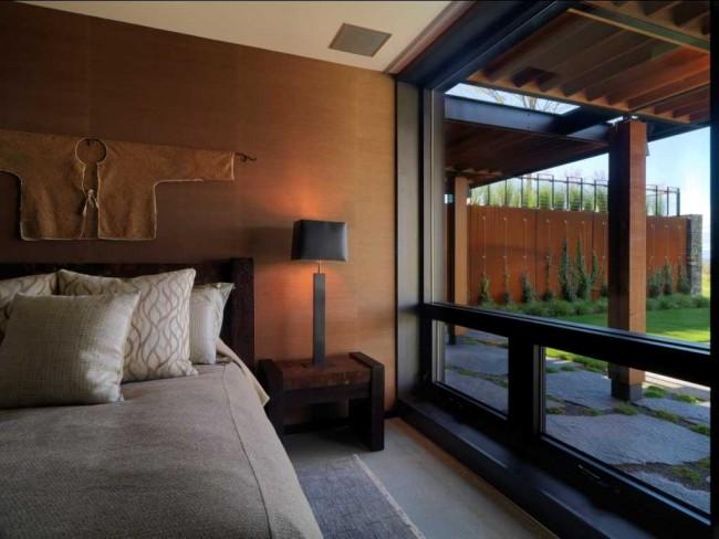 Восточная спальня со стенами цвета жженой глины