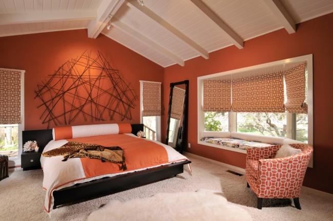 Спальня, где преобладают теплые оттенки морковного оранжевого и жженой глины