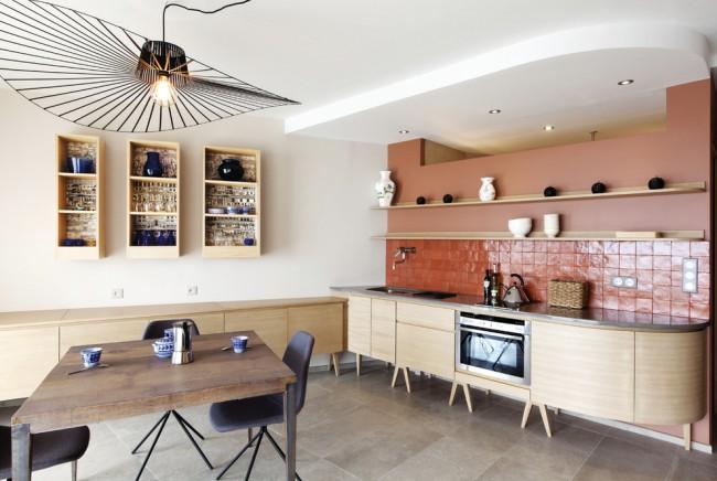 Терракотовая плитка в интерьере кухни пастельных тонов