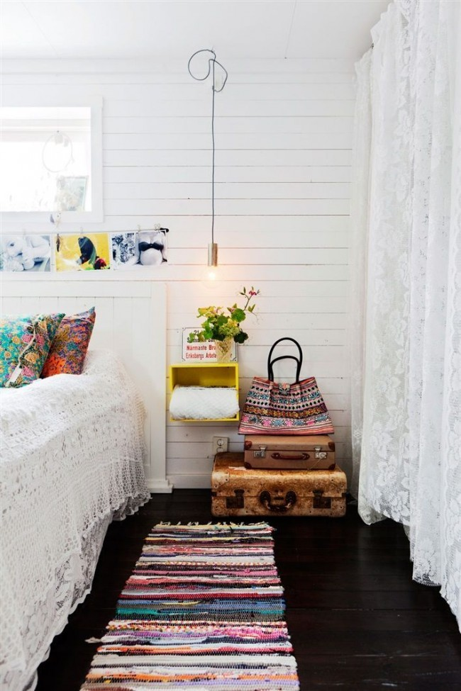 Кантри-стиль прослеживается в каждой детали комнаты, в том числе в кружевных занавесях