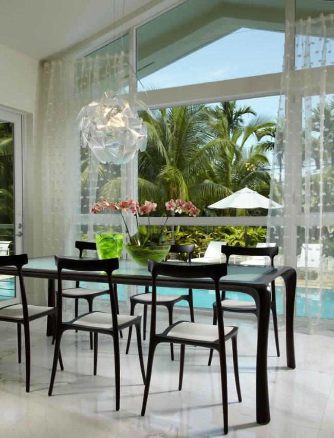 Декор панорамного окна светлым тюлем с объемным рисунком