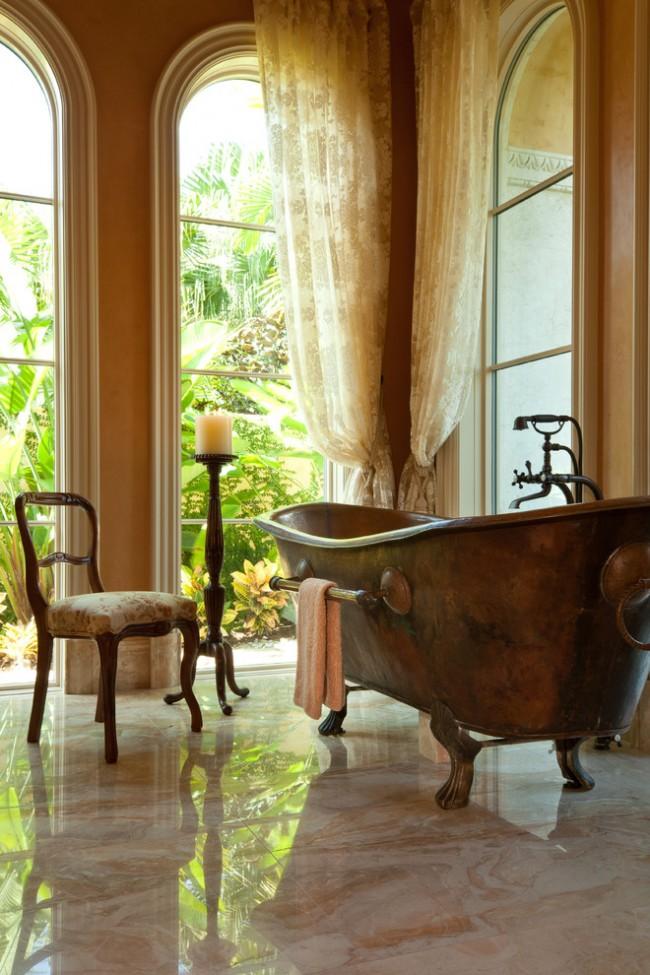 Тюль кремового цвета в классической ванной в теплых тонах