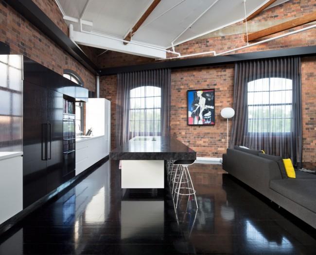 Антрацитовые, серые тона тюля или органзы отлично гармонируют с мебелью и грубыми напольными покрытиями в индустриальных гостиных