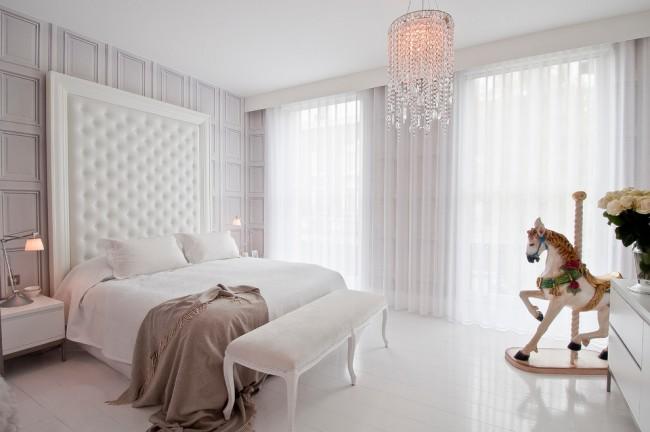 Белый тюль-фатин, белая мебель и хрустальная люстра: изысканный гламур спальни