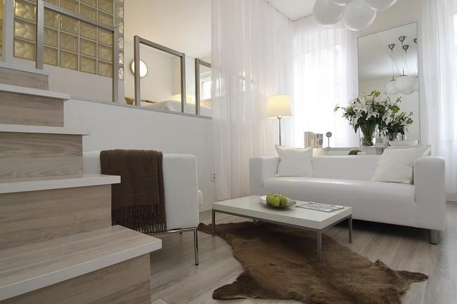 Красивый пример зонирования двух уровней квартиры с помощью тюлевой занавеси