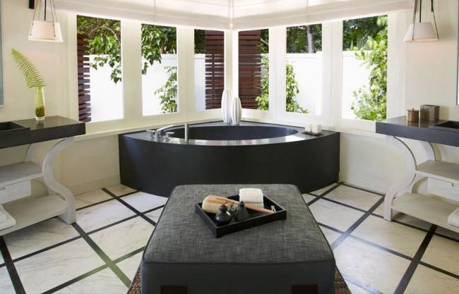Беспроигрышное, вне времени, сочетание черного и белого: черная каменная ванна в белой, классически оформленной комнате