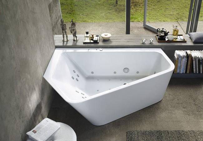 Угловая ванна интересной формы (неправильный многоугольник) в современном интерьере