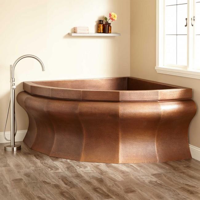 Медная ванна смотрится красиво и очень необычно