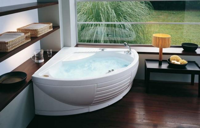 Небольшая акриловая ванна с гидромассажем. Не требует дополнительно заказывать экран к ней