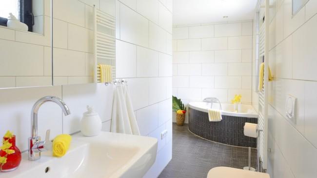 Яркие нотки свежести: белый интерьер и черный мозаичный экран ванны